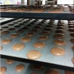 Schokoladen-Macarons beim Vortrocknen