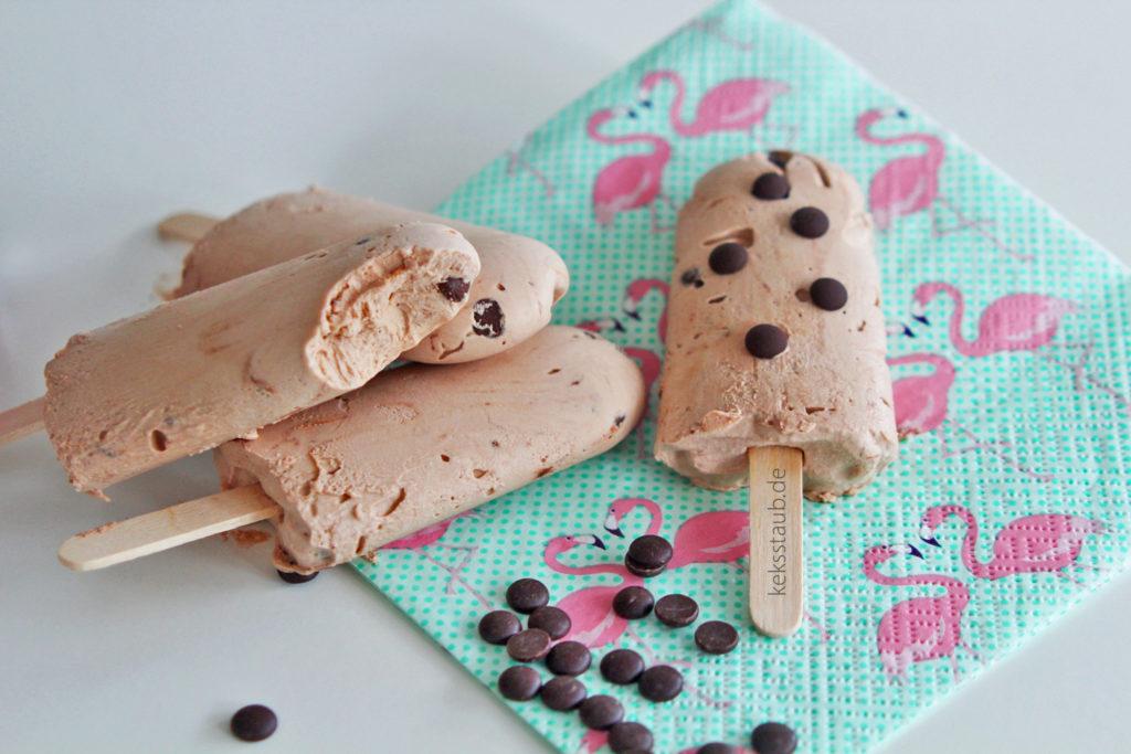 selbstgemachtes cremiges Nutella Eis mit Schokotröpfchen