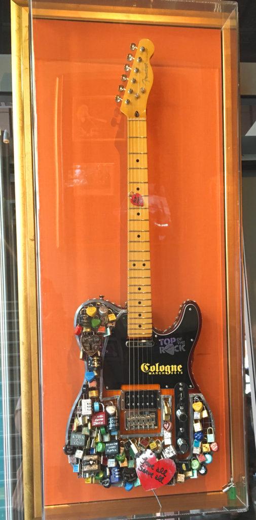 Blogger vis a vis im Hard Rock Cafe Köln Gitarre