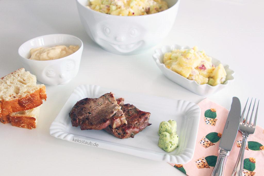 Kartoffelsalat auf gedecktem Tisch logo