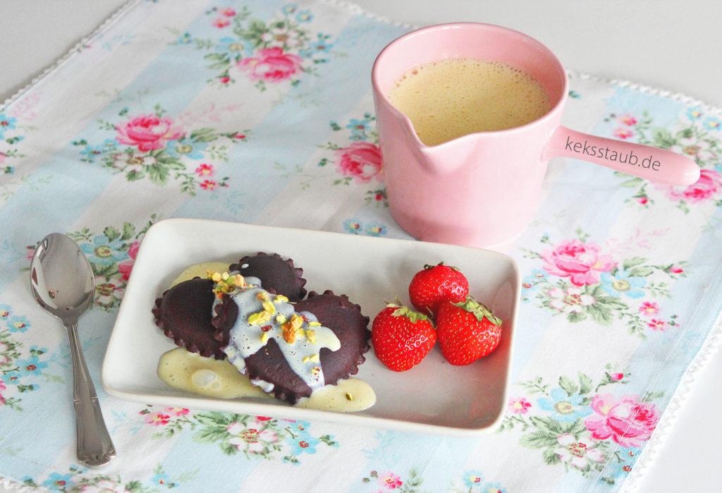 Schokoravioli mit Ricotta Pistazien Füllung Vanillesoße und frischen Erdbeeren