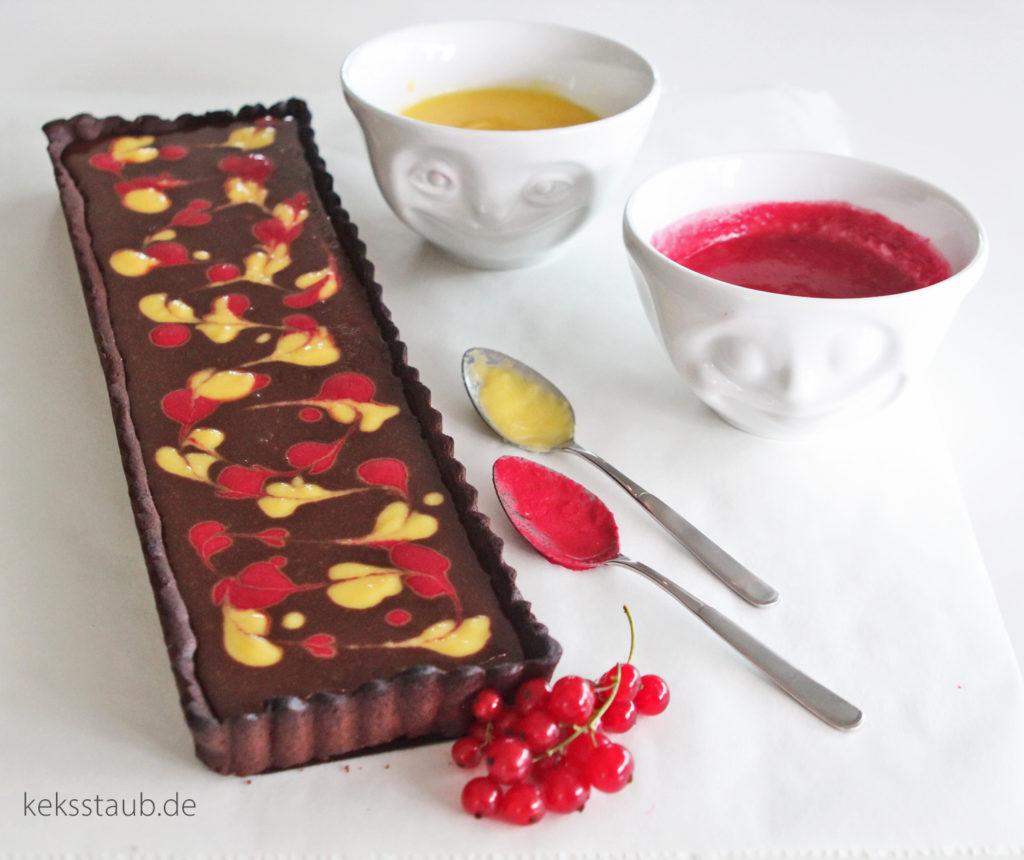 Tarte au chocolat Kaffee mit Johannisbeeren und Mango