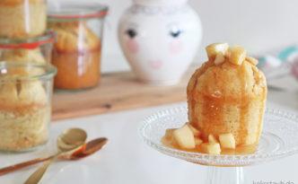 Gebackener Milchreiskuchen mit Apfel und Karamellsoße im Glas
