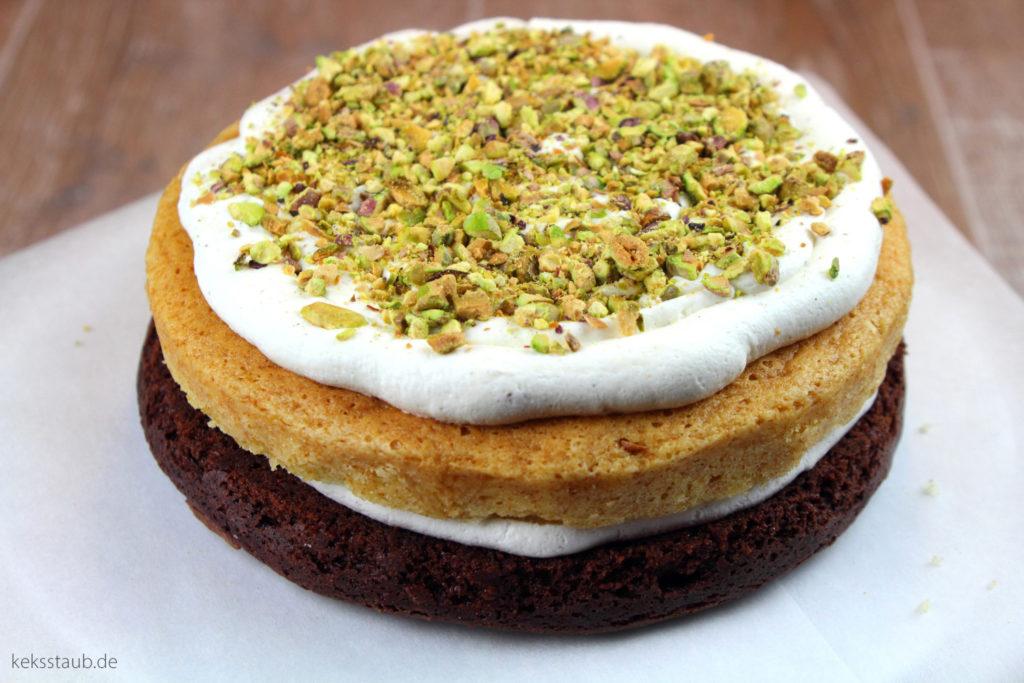 Minions Torte weiße Schokolade Pistazien Blaubeeren