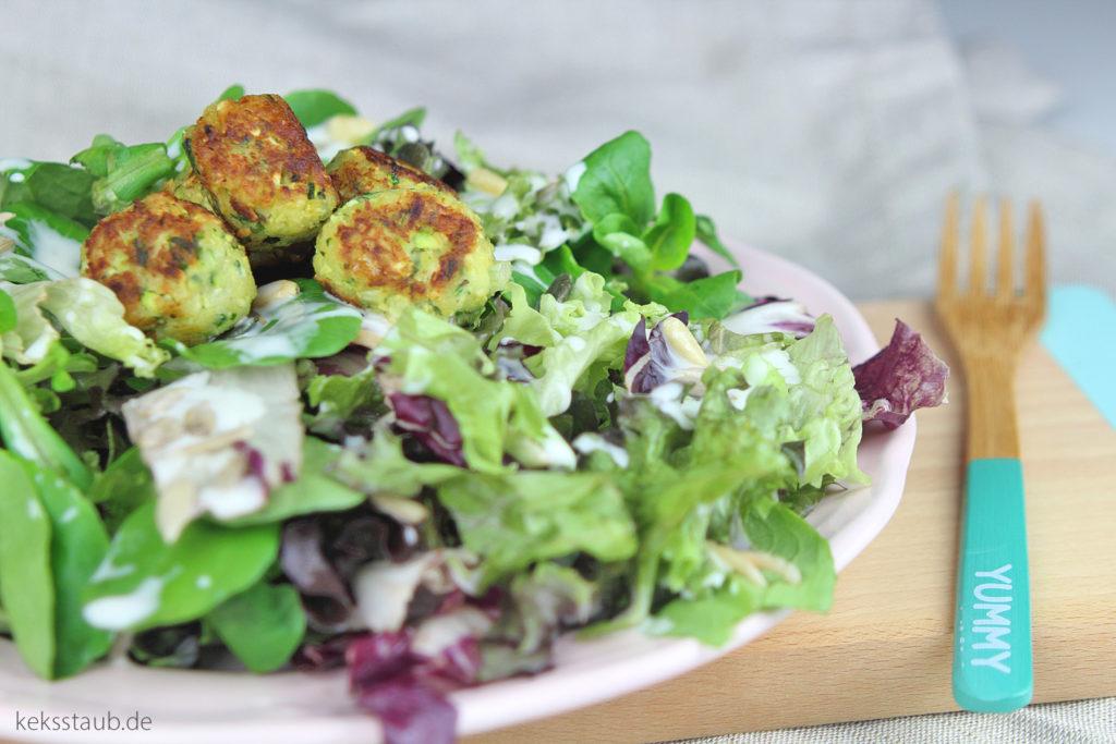 zuccini-ricotta-baellchen-auf-salat mein thermo - meinZaubertopf