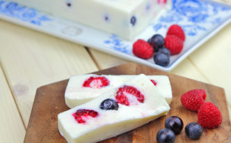 Joghurt Terrine mit frischen Beeren-keksstaub mit und ohne Thermomix