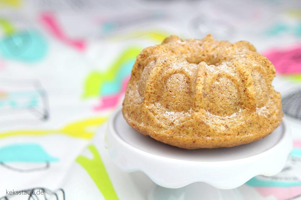 Schneller-Restekuchen-als-MiniGugl-mit-Heidelbeeren-und-Nüssen--
