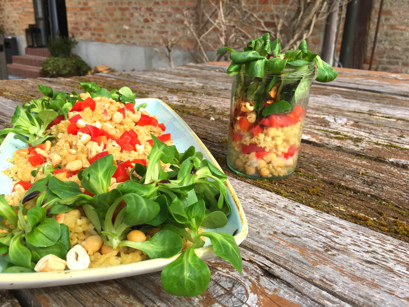 Blugursalat im Glas mit Granatapfelkernen