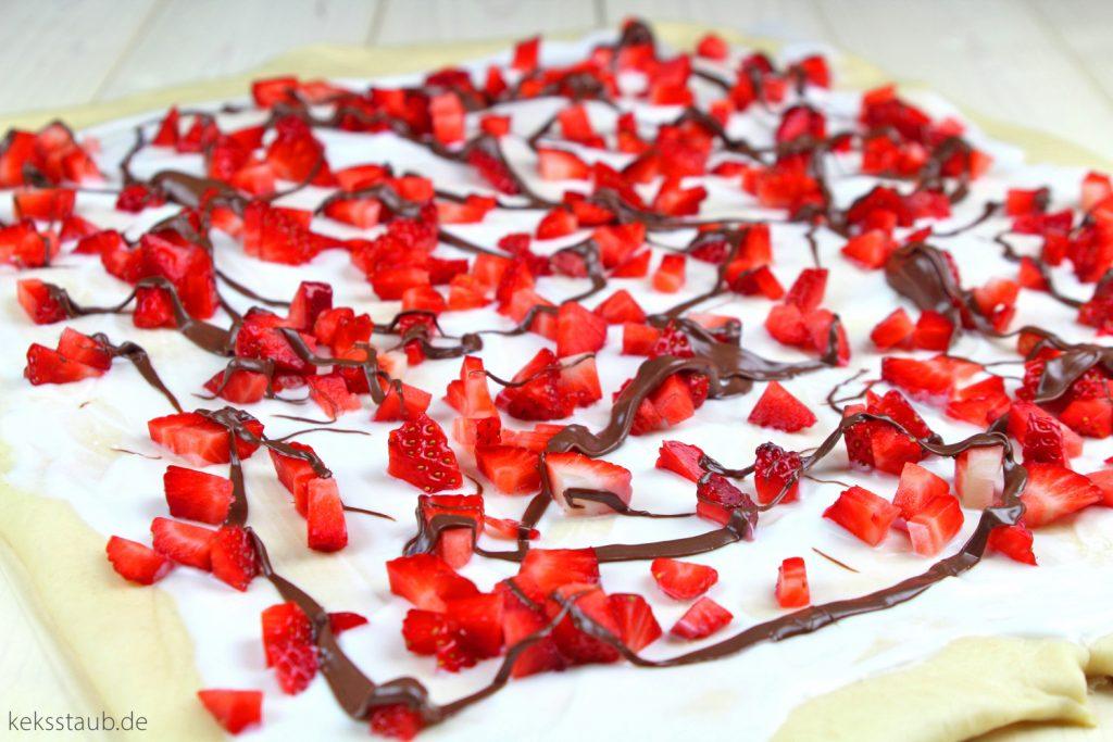 Joghurt-Hefeschnecken-mit-Erdbeeren-und-Nutella