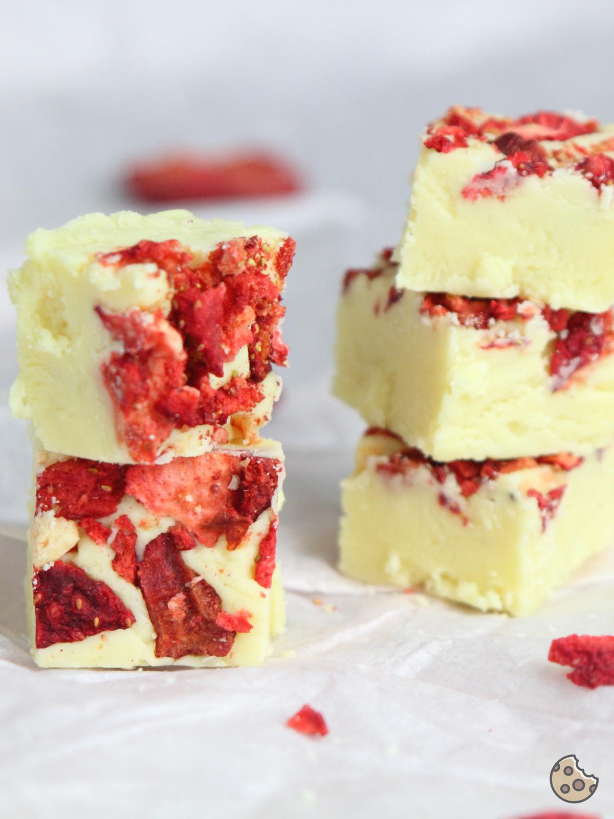 Erdbeer-Fudge-Weiße-Schokolade-Keksstaub-1