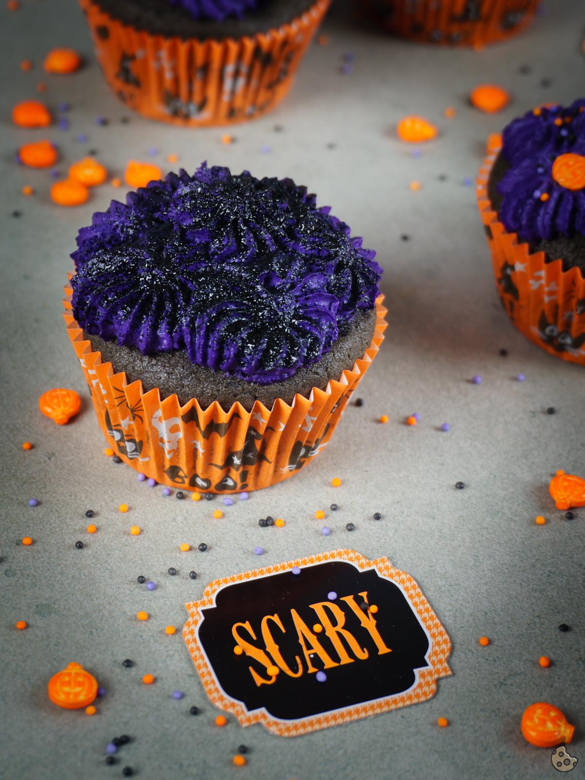 Halloween} Düstere Frischkäse Kirsch Cupcakes | keksstaub.de