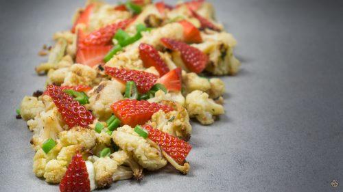 Gebackener Blumenkohl Erdbeer Salat von keksstaub