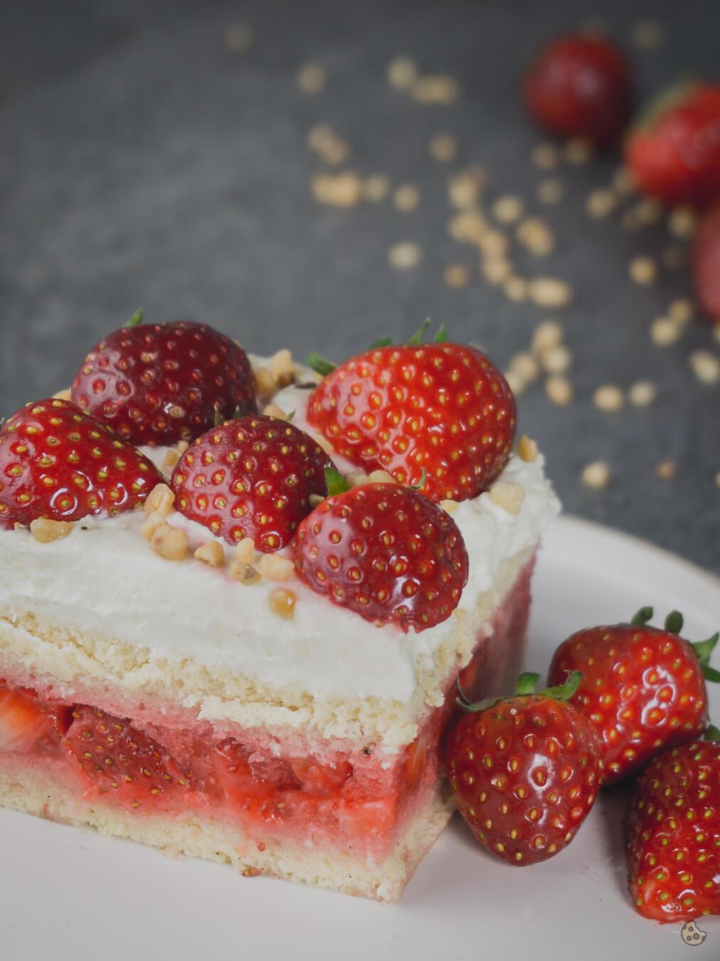 Erdbeer Biskuit Blechkuchen mit Frischkäse Schokoladen Creme von Keksstaub