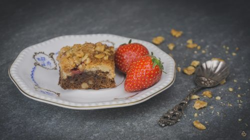 Rezept für schnellen Black and White Brownie mit Erdbeeren und Walnüssen von keksstaub