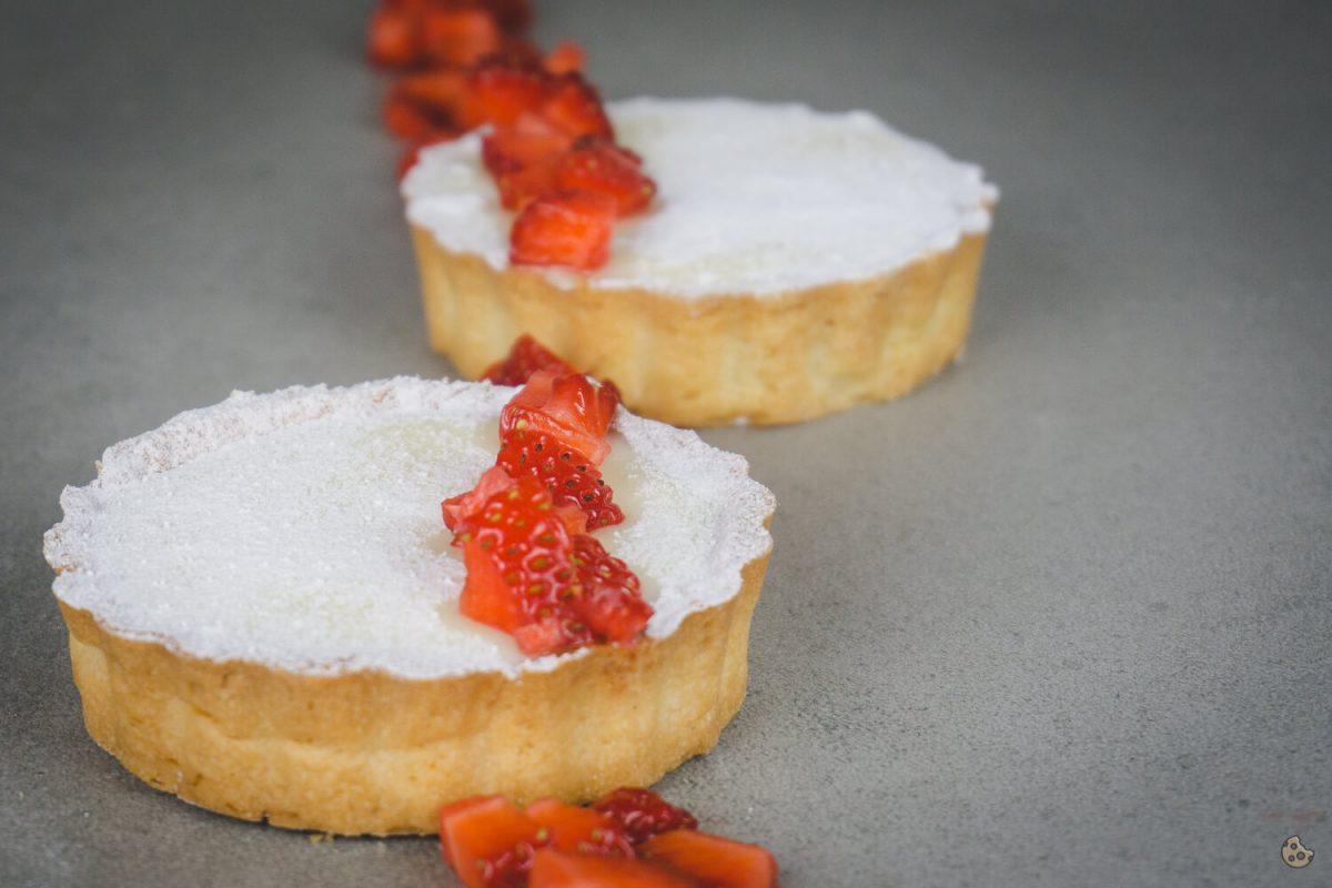 White Chocolate Tarte mit Erdbeeren von Keksstaub